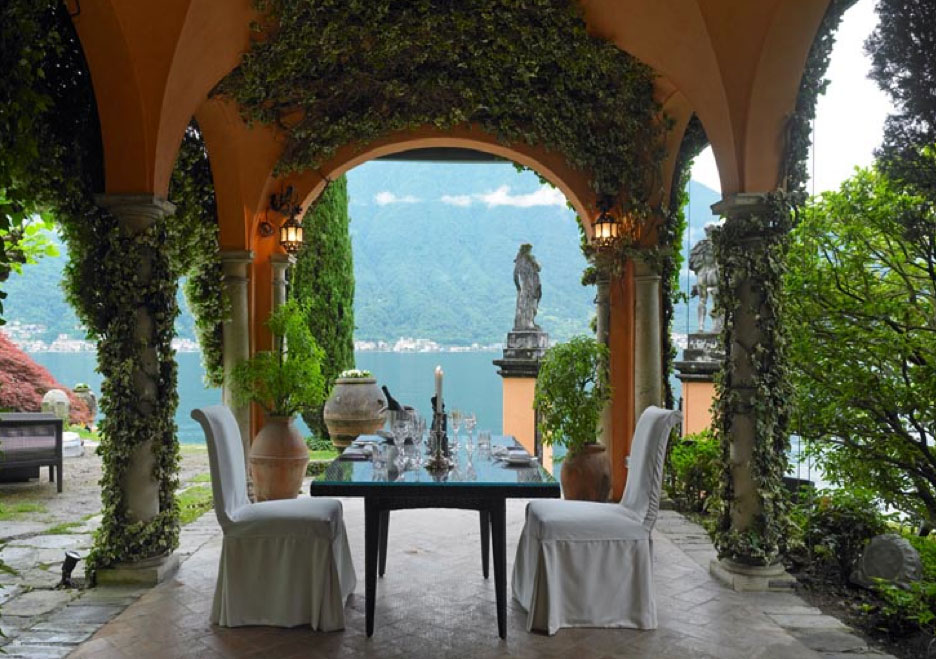 Luxury villa situated on the shores of lake como italy for Lake house in italian